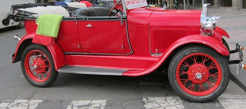 Punainen auto Prahassa
