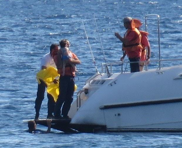 Bebê em boia é resgatada à deriva no mar na Turquia