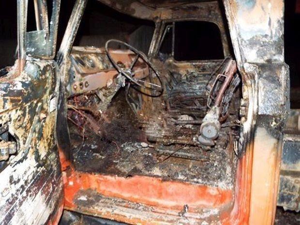 Caminhonete foi incendiada em Ourinhos  (Foto: Divulgação/ Repórter na Rua)