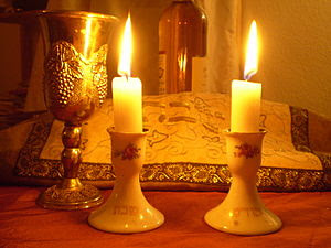 English: Shabbat Candles Deutsch: Schabbatkerzen