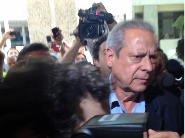 O ex-ministro José Dirceu chega para audiência na Vara de Execuções Penais do DF (Foto: Fernanda Calgaro / G1)