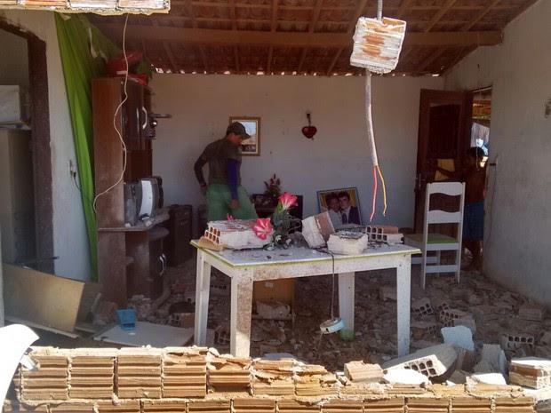 Carro derrubou parede após capotar em rodovia estadual no Sertão da Paraíba (Foto: Rafaela Gomes / TV Paraíba)