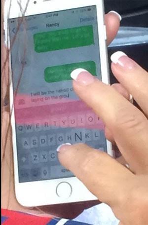 Duas irmãs que estavam em um jogo de beisebol nos Estados Unidos disseram ter flagrado uma mulher trocando mensagens de texto com seu suposto amante ao lado de seu marido (Foto: Reprodução/ Twitter/LUV2BCH_)