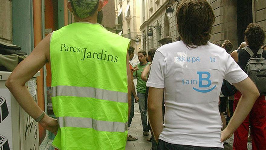 """Una activista de Miles de Viviendas lleva una camiseta con el mensaje """"Okupa tu también"""" escrito con la 'B' corporativa del ayuntamiento de Barcelona / flickr: miles_de_viviendas"""