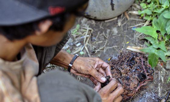 Un joven quema el plástico de cables de electrodomésticos y aparatos varios para sacar el cobre que llevan dentro, el metal de mayor valor.