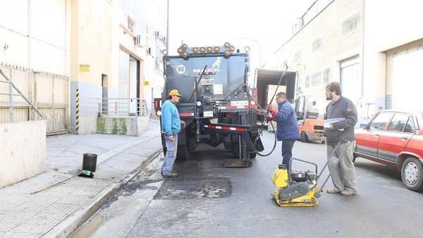 Camión. Una de las unidades con una tolva que mantiene la temperatura del asfalto, para poder tapar un bache en sólo 20 minutos y seguir al próximo.