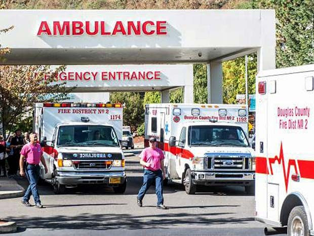 Ambulâncias chegam com feridos ao hospital Mercy, em Roseburg, apos atirador disparar na faculdade Umpqua (Foto: Aaron Yost/Roseburg News-Review via AP)