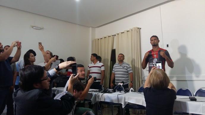 Goleiro Bruno é apresentado pelo Boa Esporte (Foto: Bruno Giufrida)