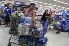 Clientes fazem compras em mercado do Havaí antes da chegada de furacão. 05/08/2014 REUTERS/Hugh Gentry