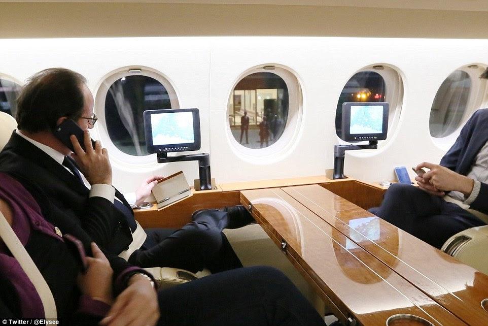 Presidente Hollande, na foto, foi actualizada sobre o massacre como ele voou para o centro nervoso crise na noite passada com PM Manuel Valls, direita