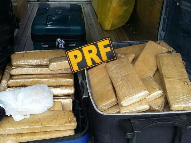 Drogas foram encontradas em bagageiro de ônibus (Foto: Divulgação/Polícia Rodoviária Federal)