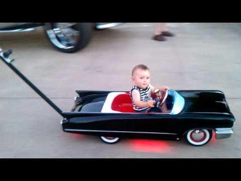 video que muestra a un carrito de bebe tuneado