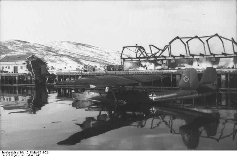 Bundesarchiv Bild 101II-MW-5618-02, Narvik, beschädigter Hafen, Flugboot Do 24