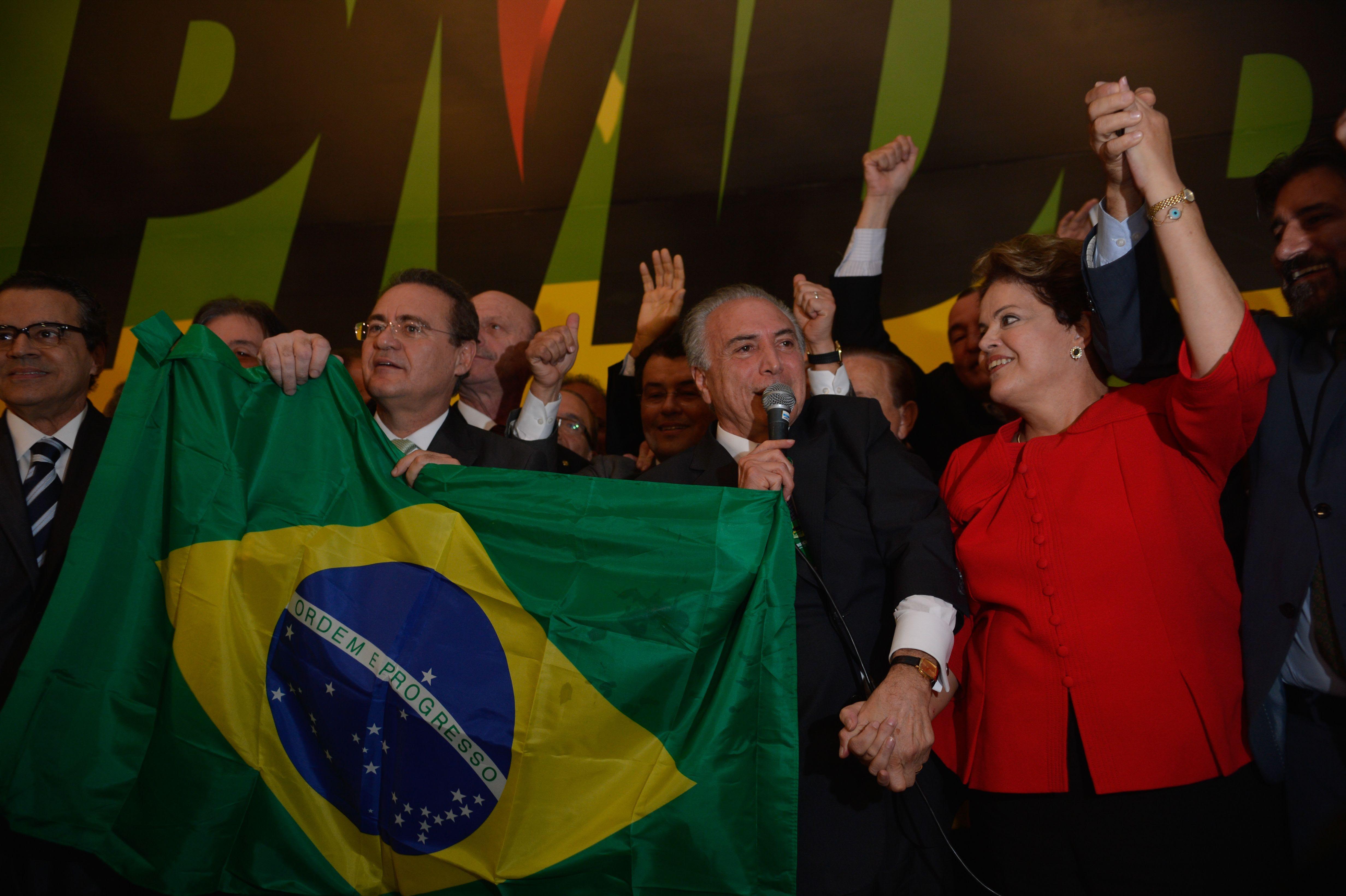 Dilma Rousseff recibe el apoyo del partido PMDB para sus reelección. Los líderes de ese partido en el congreso le pidieron que derogara el decreto