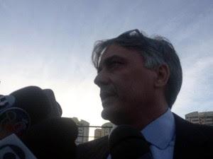 O advogado do rapaz chegou ao local no momento da rendição (Foto: Maiana Belo/G1)
