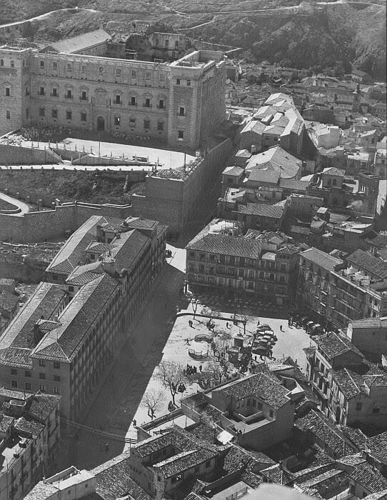 Vista aérea de Zocodover con sus urinarios hacia 1955