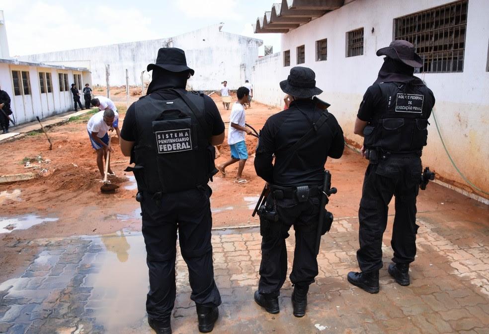 Agentes penitenciário fiscalizam trabalho dos detentos em Alcaçuz (Foto: Divulgação / Sejuc)
