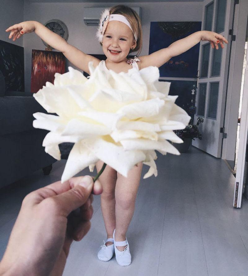 Mãe veste a filha com flores e comida usando a perspectiva forçada e conquista a internet 20
