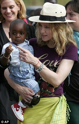 Mãe amorosa: Madonna é retratada com o filho adotivo David Banda quando ele era um bebê
