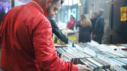 Music streaming boosts sales of vinyl - BBC News