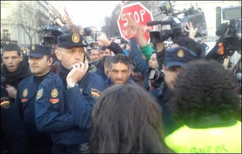 La Policía contiene a los manifestantes en Madrid. -AB