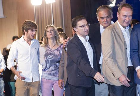 Sólo el presidente de NNGG habla con Castedo sobre el escenario.   Vicent Bosch