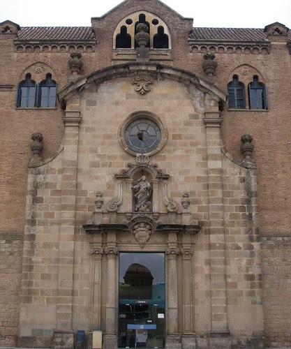 Façana de l'antiga Església de Santa Marta integrada en un dels pavellons de l'Hospital de la Sant Pau i la Santa Creu