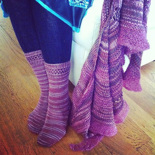 A pair of socks and a shawl :) Un paio di calzini e uno scialle:)