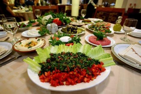 Distontos platos de comida árabe.   AFP