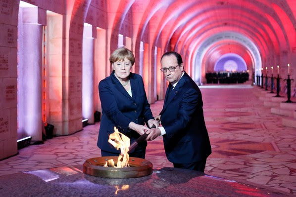 Le président français François Hollande et la chancelière allemande Angela Merkel lors d'une cérémonie dans l'ossuaire de  de Douaumont (nord-est), le 29 mai 2016 / POOL/AFP