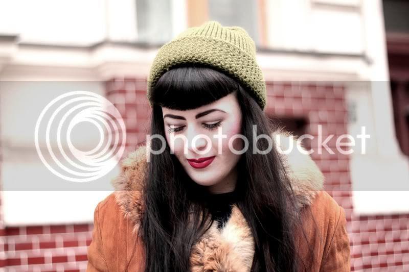 vintage cognac mantel leder olivfarbene mütze rote lippen portrait lange braune haare pony pin-up schneewittchen