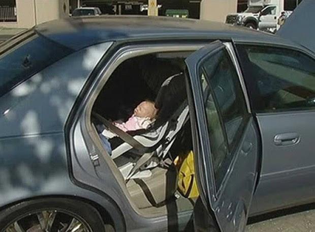 Polícia quebrou vidro resgatar bebê em carro, mas achou boneca hiper-realista (Foto: Reprodução/YouTube/SakicaHD)