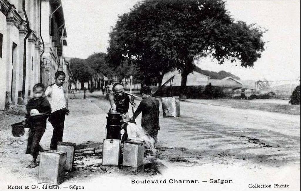 Gánh nước. Saigon - boulevard Charner. Đây là đường Bến Chương Dương, đoạn gần cầu Mống (thấy mờ mờ ở phía bên phải ảnh), nhưng trên postcard ghi là ĐL Charner.