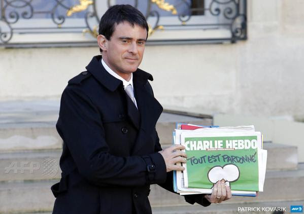 French PM Manuel Valls holds #CharlieHebdo latest issue after a weekly cabinet meeting at the Elysee Palace(via @AFPphoto)