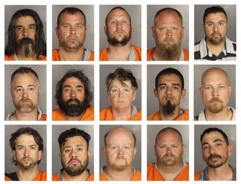 En række af de anholdte rockere på politifos efter massakren i Waco. Bandidos-præsidenten Jeff Pike var ikke til stede i byen og er aldrig sigtet for medansvar efter blodbadet. Foto: AP/McLennan County Sheriff's Office