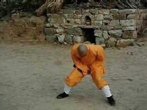 video que enseña a un monje shaolin y como le golpean en las pelotas