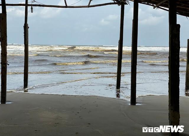 Cận cảnh biển Quảng Ngãi nhuốm màu đen nâu bất thường - Ảnh 4.