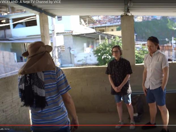 Trecho da série em que suposto policial carioca é entrevistado (Foto: Reprodução/Youtube)