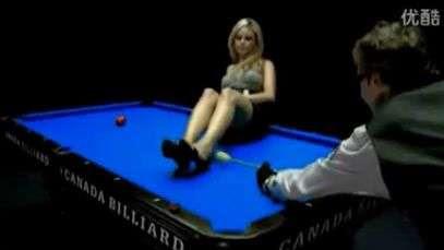 Qu hace esta sensual rubia arriba de una mesa de pool? Avergualo