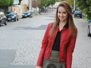 Jaqueta de couro, das mais variadas cores, estão com tudo!  (Foto: Coffee With Tati/ Divulgação)