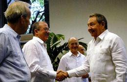 El presidente Raúl Castro saluda al nuevo Fiscal General de la  República, Darío Delgado