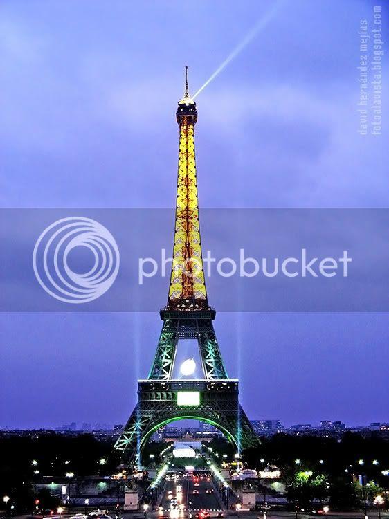 La Torre Eiffel fotografíada iluminada al anochecer lluvioso. París (Francia)
