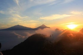 Gambar Pemandangan Gunung Ada Orangnya