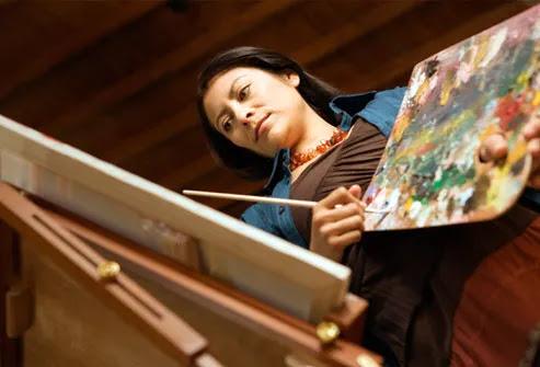 Mulher, segurando, paleta e pintura em cavalete