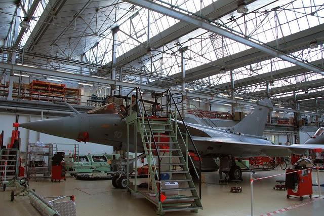 """El viernes 3 de octubre, la planta de Dassault Aviation en Mérignac (Francia) entrega a la Agencia de Defensa francesa (DGA) del Rafale M10, la primera de un tramo de diez modernizado (Navy) aviones Rafale """"Marine"""". Estos diez aviones Rafale (M1 a M10) se produce a partir de finales de 1990 para reemplazar a los cruzados aviones F-8 que proporciona defensa aérea de la marina francesa desde 1964 Como esta sustitución no podía esperar a la entrada de servicio de la F2 y F3 versátil normas, los diez Rafale Marine se les proporcionó un estándar F1 básica llamada, limitada a misiones de superioridad y de defensa aérea."""