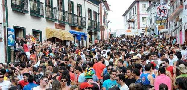 Mais de 40 mil pessoas participam da folia na cidade, o que exige uma estrutura gigante para garantir shows, segurança e atendimento de saúde (Paulo Filgueiras/EM/D.A press - 5/3/11)