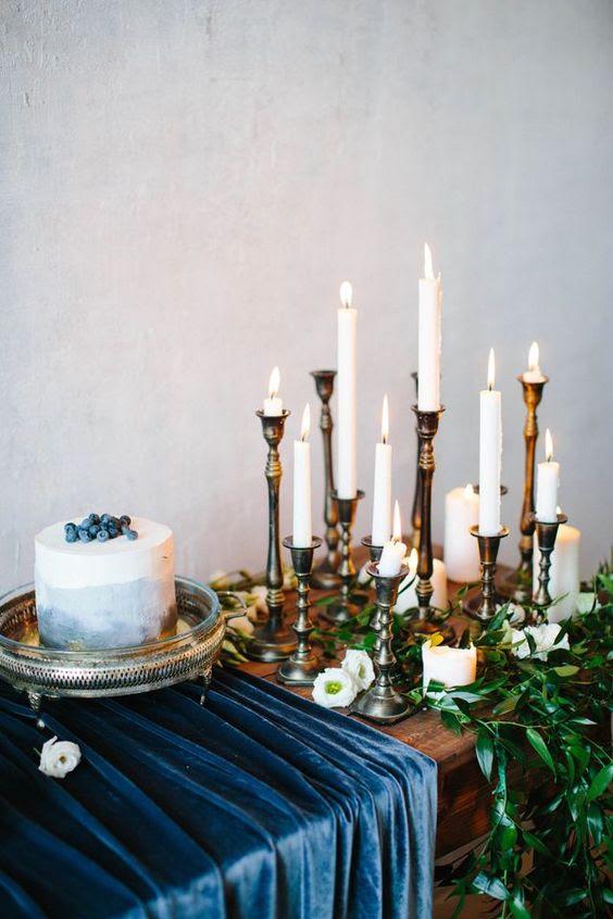 indigo samt Tischläufer und ein Aquarell indigo Hochzeit-Torte mit Heidelbeeren