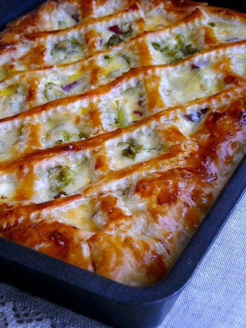 Crostata di sfoglia con broccoli, toma e bresaola