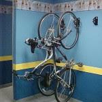 Parede escura e proteção para as rodas