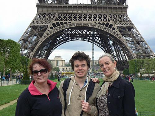 devant la Tour Eiffel.jpg